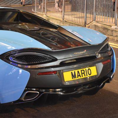 En bild på en lyxig blåsvart sportbil där det står Mario på registerplåten.