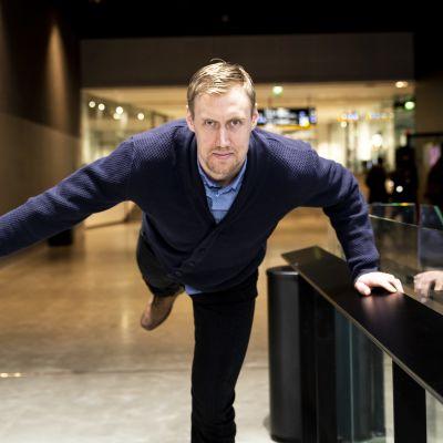 Jääkiekkoilija Marko Anttila tekee vaakaa.