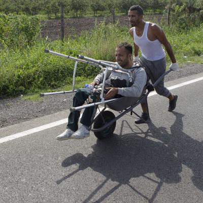 Asylsökande tar sig över den serbisk-ungerska gränsen den 15.9
