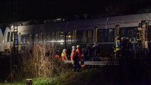 Räddningspersonal på väg in i tåget.