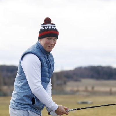 Patrik Laine står med en golfklubba i handen.