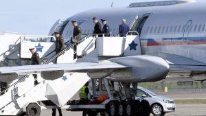 Rysslands delegation anländer till Helsingfors-Vanda för möte med amerikansk general.