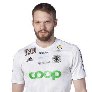 Profilbild av fotbollsspelaren Casper Källberg klädd i vit spelskjorta.