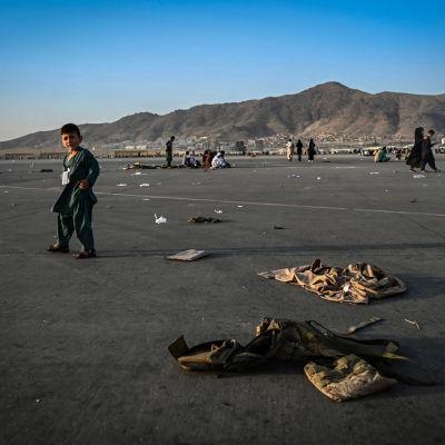 Lapsi Kabulin lentokentällä.