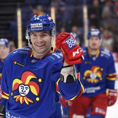 Tomi Mäki firar sitt mål.