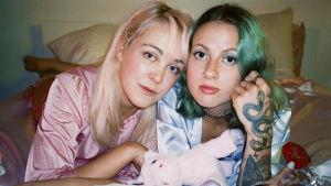 Taika Mannila och Ronja Stanley i en säng.