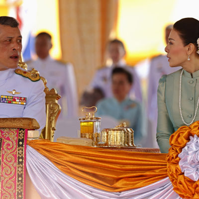 Den thailändska kronprinsen Maha Vajiralongkorn talar till prinsessan Srirasm 13.5.2013