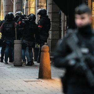 Medlemmar ur den franska polisens specialstyrka på gatan i Strasbourg