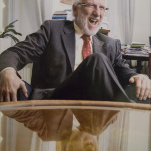 Helsingin yliopiston kansleri Kari Raivio nauraa työhuoneessaan.