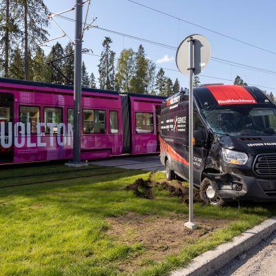 Ratikka ja pakettiauto törmäsivät Tampereen Hervannassa 30.8.2021.