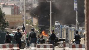 Flera raketer landade i stadskärnan och invid presidentens palats mitt under president Ashraf Ghanis direkt sända tal