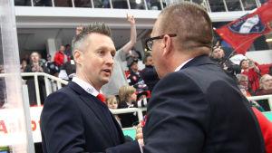 Jan Lundell och Ari-Pekka Selin tackar varandra.