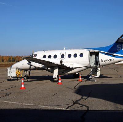 Transaviabaltikan lentokone Savonlinnan lentoasemalla lokakuussa 2021.