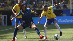 Lotta Schelin och Marta kämpar om bollen vid OS 2016.