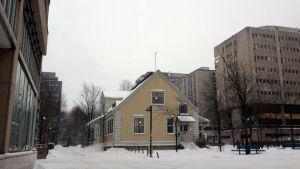 Fredsstationen i Böle står mitt bland stora betonghus.
