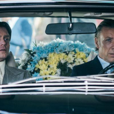 Pelle Heikkilä som Tapani Brotherus och Mikael Persbrandt som Harald Edelstam på väg till Pablo Nerudas begravning.