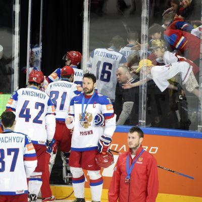 De ryska spelarna tågar ut ur VM-finalrinken 2015 mitt under prisceremonin.