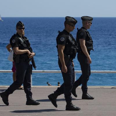 Poliser på stranden i Nice, Frankrike.