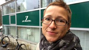 En kvinna på gatan utanför Fokus-byggnaden i Karis. Kvinnan heter Kathrin Knaapinen.