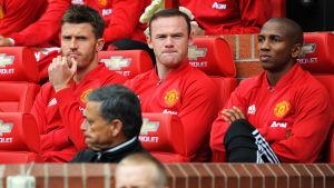 Wayne Rooney sitter på bänken.