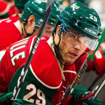 Grön och rödklädde hockeyspelaren Jason Pominville.