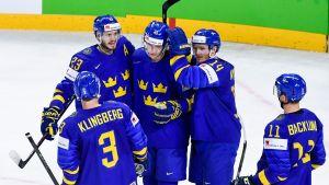 Sverige firar ett mål mot Frankrike vid ishockey-VM 2018.