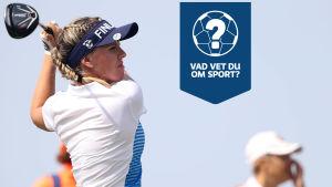 Noora Tamminen slår ett golfslag.