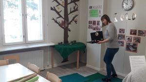 Julia Grönvall visar via webbkameran hur det ser ut på daghemmet.