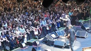 Pearl Jam på scen i Prag 2018. Publikhav och sångaren Vedder och gitarrist Gossard.