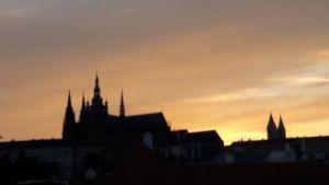 Kyrkosiluett mot solnedgång - Prag