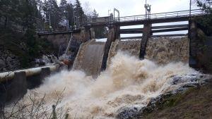 Vatten strömmar ner för en damm i Pemar å, vintern 2020.
