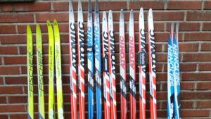 En rad med skidor i olika färger.