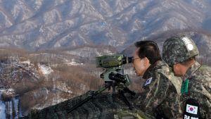 Sydkoreas president Lee Myung-bak inspekterar gränsen mot Nordkorea