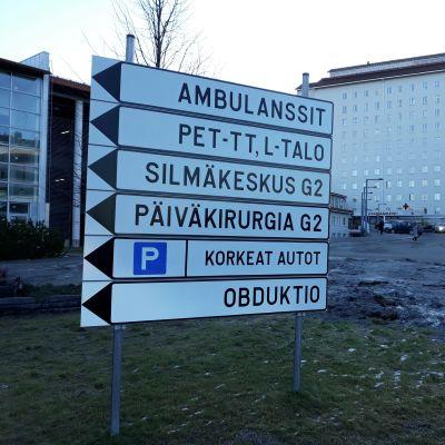 Opastetaulu Pohjois-Karjalan keskussairaalan edessä Joensuussa.