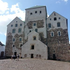 Åbo slotts fasad fotograferad från den kullerstensbelagda innergården.