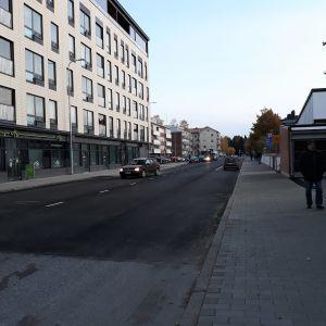 Henkilöauto ajaa aamuisella Torikadulla, joka on juuri avattu liikenteelle remontiin jälkeen.