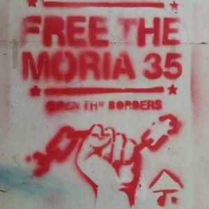 Graffiti där man vill stänga lägre Moria. En röd näve samt text