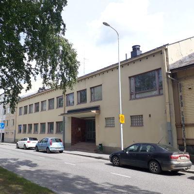 Kesäkuussa 2019 kuvattu Mikkelin urheilutalo Runebergin aukiolla.