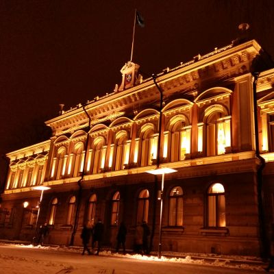 Åbo stadshus i gul kvällsbelysning.