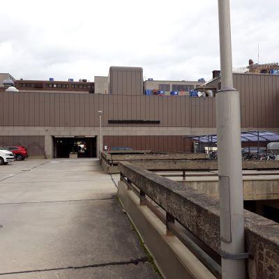 Carelicumin takapihalla avautuu laaja rakentamaton parkkialue.