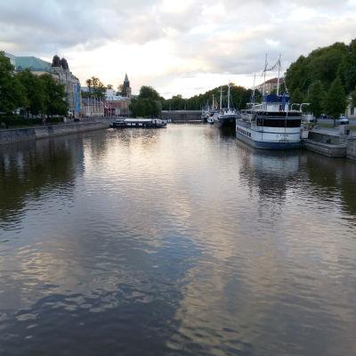 Utsikt mot Domkyrkan från Teaterbron över Aura å i Åbo
