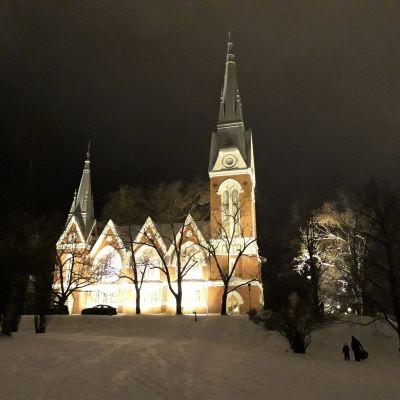 Joensuun kirkko talvella iltavalaistuksessa.