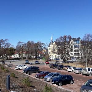 En parkeringsplats och ett hus.