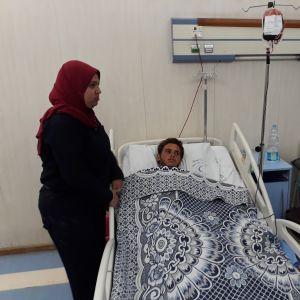 En skadad man vårdas på sjukhus i Kairo efter moskéattacken i Sinai.