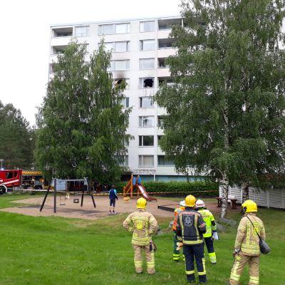 Palomiehiä seuraamassa kerrostalokaksion sammutustöitä Oulun Puolivälinkankaalla.