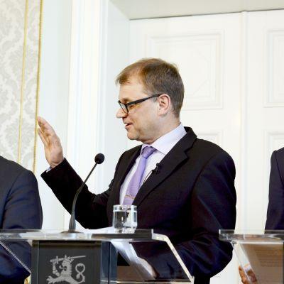 Partiledarna Juha Sipilä (C), Timo Soini (Sannf) och Alexander Stubb (Saml) presenterar sitt regeringsprogram.