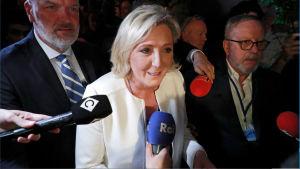 Marie Le Pen talar och framträder efter EU-valet 2019.