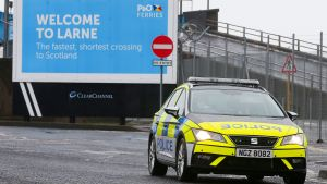 Polisen i Nordirland har utökat sin närvaro vid hamnen i Larne efter att hamnarbetare hotats.