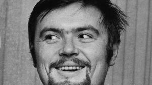 Kirjailija Robert (Roope) Alftan nauraa, katsoo oikealle kuvassa vuodelta 1970.vuodelta