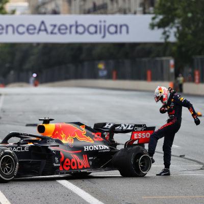 Max Verstappenin kilpailu päättyi rengasrikkoon.